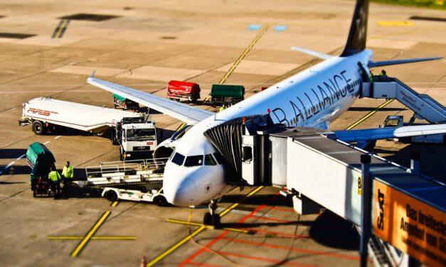 Dojazdy na lotnisko dla większych grup. Jak to zorganizować?